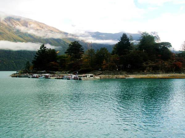 巴松措在1994年被评为国家风景名胜区,同时被世界旅游组织列入世界