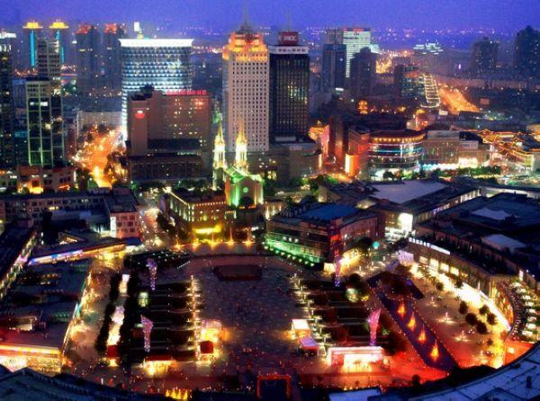 """天一广场是目前国内规模最大的""""一站式""""购物休闲广场"""
