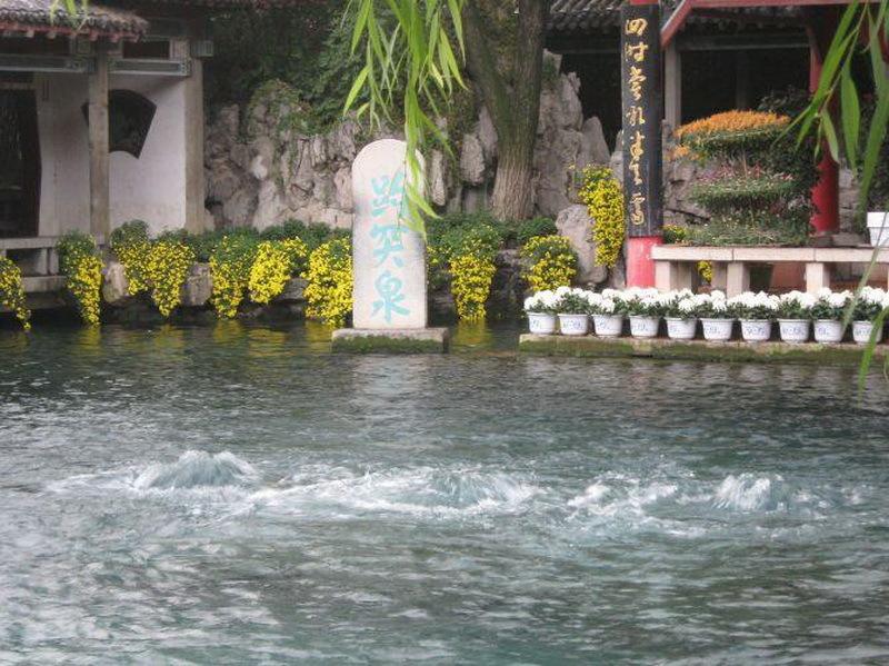 趵突泉是泉城济南的象征与标志,与千佛山,大明湖并称为济南三大名胜