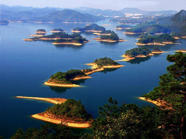千岛湖: 位于中国浙江杭州西郊淳安县境内的千岛湖