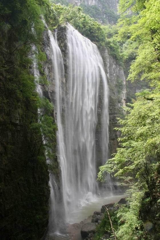 """大瀑布风景区有""""三峡的九寨沟""""之名,景区山环水绕、瀑布飞"""