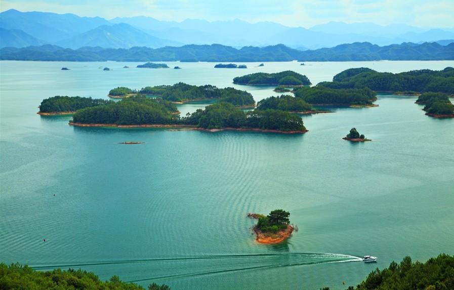千岛湖中大小岛屿形态各异,群岛分布有疏有密,罗列有致 .