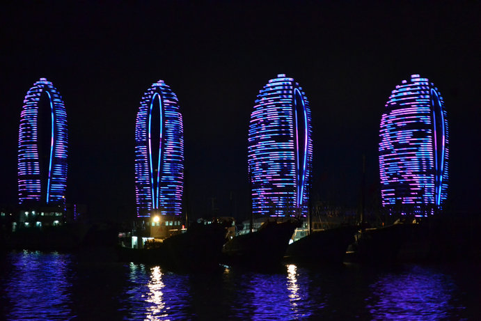 从渔港码头出发,途经凤凰岛国际码头,三亚湾滨海路,然后在三亚湾425