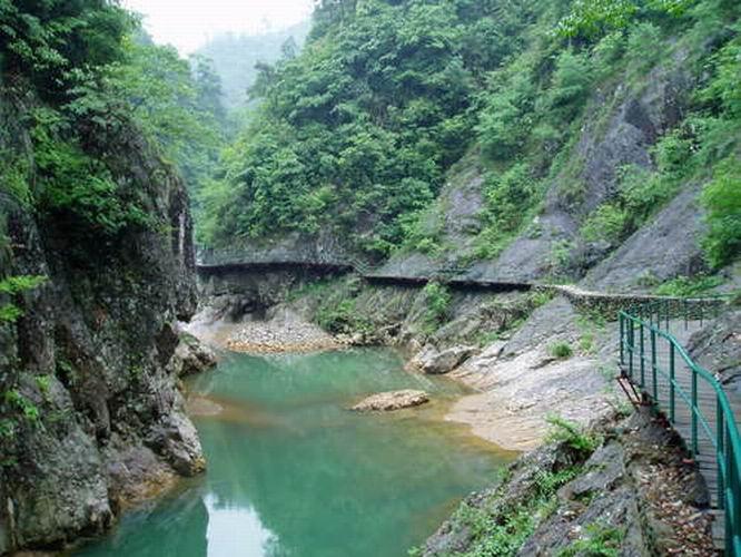 景点介绍 浙中大峡谷十八涡景区 景区内悬崖陡壁森然对峙,耸立云天