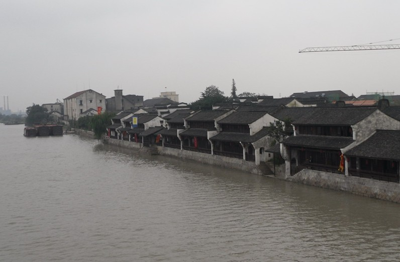 景点介绍  塘栖古镇 塘栖古镇位于杭州市北部,与湖州市的德清县接壤