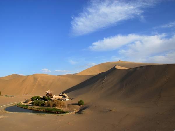 """鸣沙山月牙泉简介 鸣沙山和月牙泉是大漠戈壁中一对孪生姐妹,""""山以"""