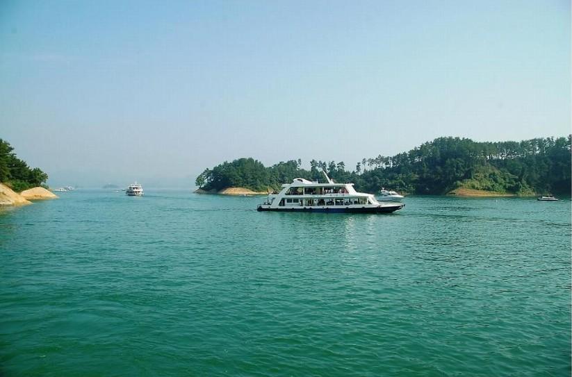 景点简介 千岛湖  千岛湖,位于浙江省淳安县境内,是1959年我国建造的