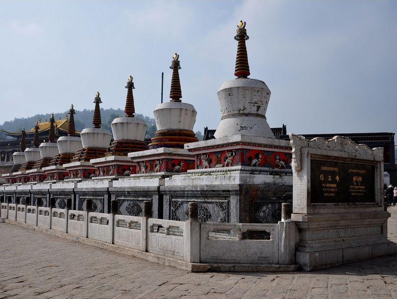 """景点介绍 塔尔寺:藏语称""""衮本贤巴林"""",意为""""十万狮干吼佛像""""的弥勒"""