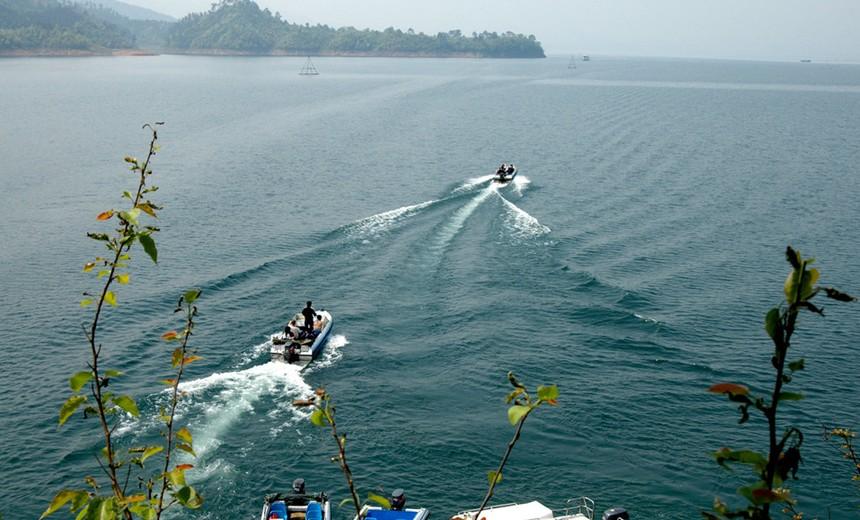 在码头乘游船游览猴岛,鹿岛,八卦岛景区:沿湖观光步道,太平牌坊楼