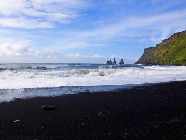 """冰岛黑沙滩的""""沙""""其实是颗粒状的火山熔岩"""
