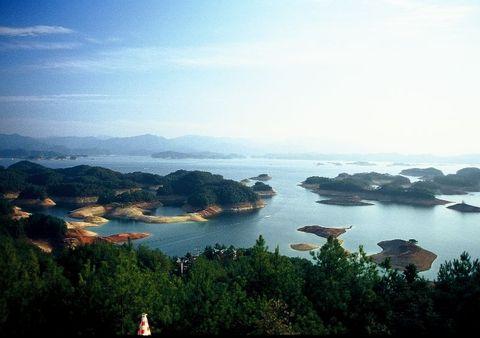 大酒店距离较远,所以司机建议我住伊莱连锁酒店,酒店出来就是千岛湖